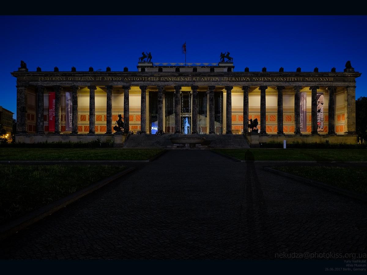 Здание Старого музея ночью