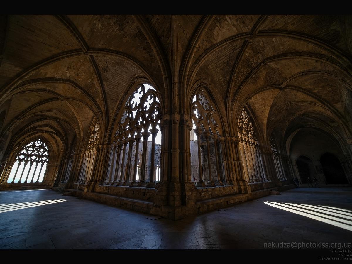 Laowa 9mm f/2.8 Zero-D. Пример. Клуатр собора, Льеда, Испания
